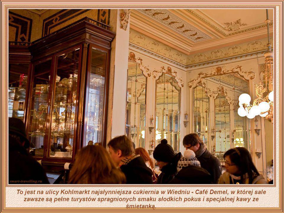 To jest na ulicy Kohlmarkt najsłynniejsza cukiernia w Wiedniu - Café Demel, w której sale zawsze są pełne turystów spragnionych smaku słodkich pokus i specjalnej kawy ze śmietanką.