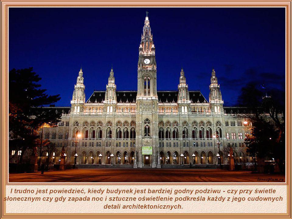 I trudno jest powiedzieć, kiedy budynek jest bardziej godny podziwu - czy przy świetle słonecznym czy gdy zapada noc i sztuczne oświetlenie podkreśla każdy z jego cudownych detali architektonicznych.
