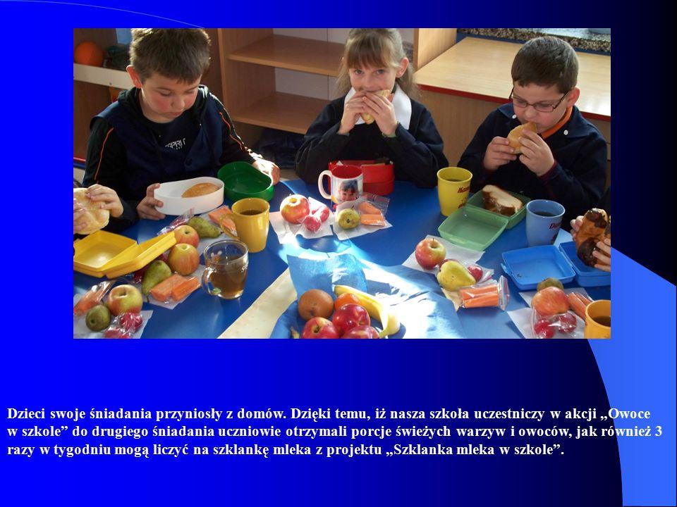 Dzieci swoje śniadania przyniosły z domów.