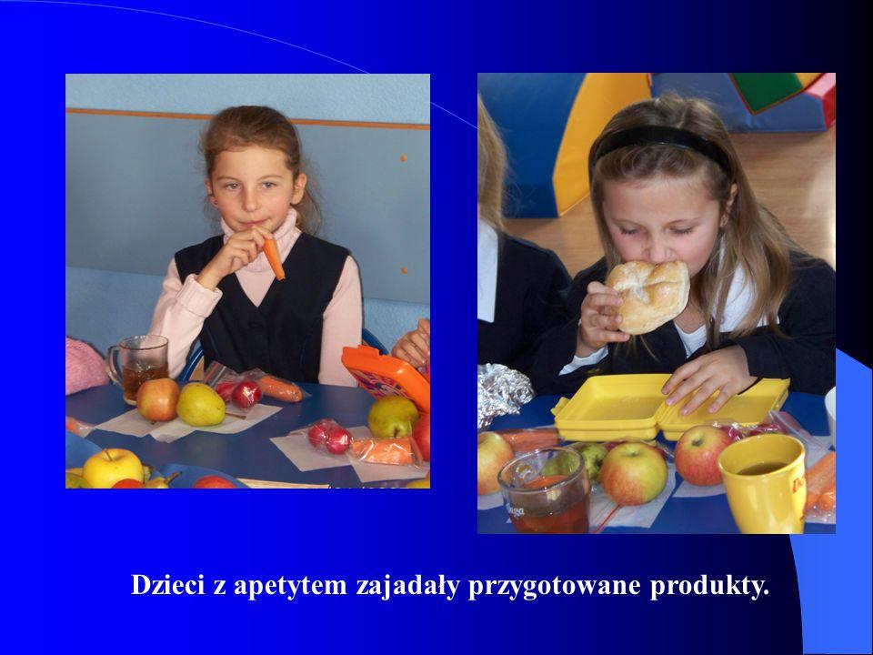 Dzieci z apetytem zajadały przygotowane produkty.