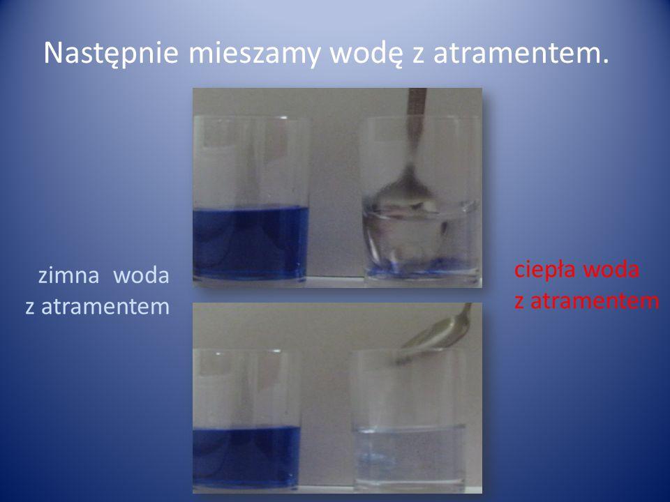 Aby przywrócić niebieski kolor mieszaniny, do szklanki z gorącą wodą i atramentem dolewamy odrobinę octu.