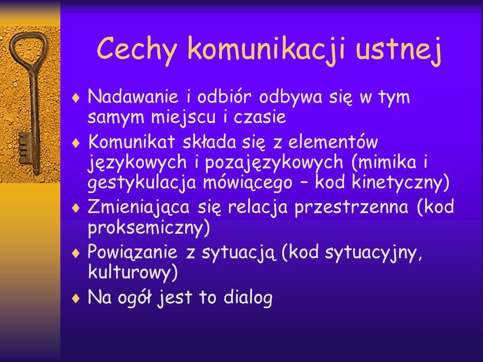 Cechy komunikacji pisemnej Składa się z dwóch oddzielnych faz: w innym miejscu i czasie odbywa się konstruowanie tekstu, a w innym jego odbiór (nie ma znaków kinetycznych, proksemicznych i sytuacyjnych (kulturowych) Ma zawsze charakter monologu (jednokierunkowy)