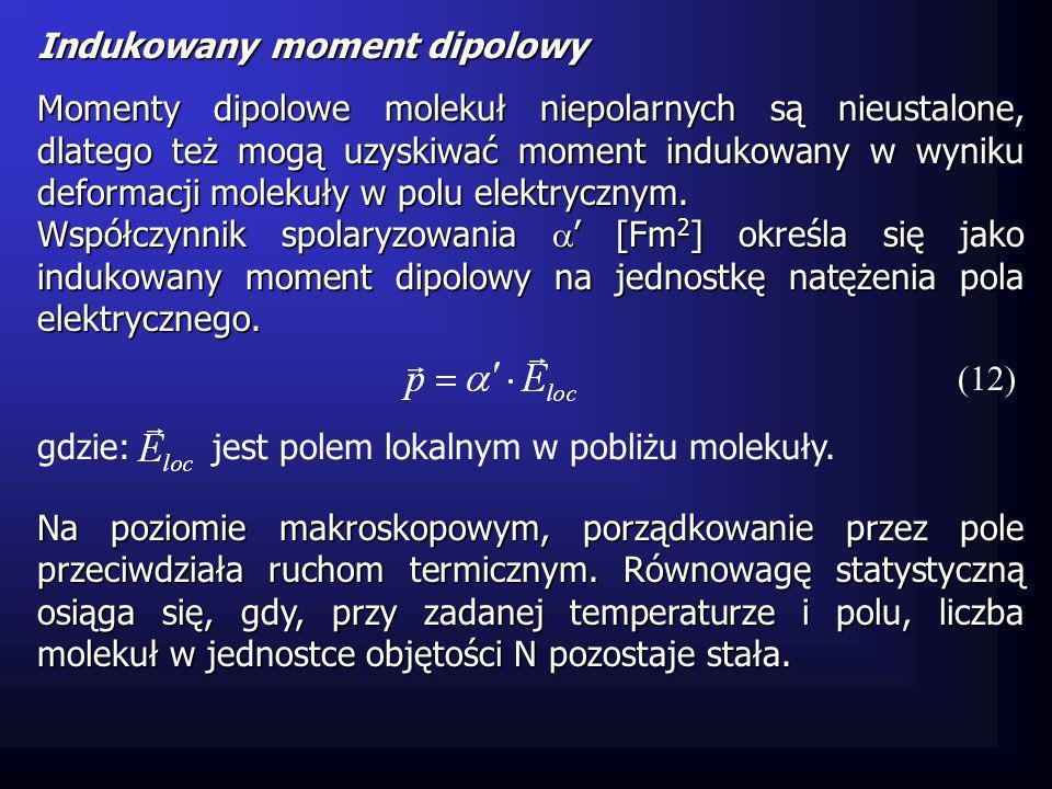 Ogólny moment dipolowy charakteryzuje się polaryzacją [Cm -2 ] określoną wzorem (13) gdzie: lub wyrażając jako funkcję zewnętrznego pola W próżni, zależność między indukcją, a polem elektrycznym ma postać: (14) [Fm -1 ] jest podatnością dielektryczną ośrodka (15) natomiast w dielektryku (16) lub (17)