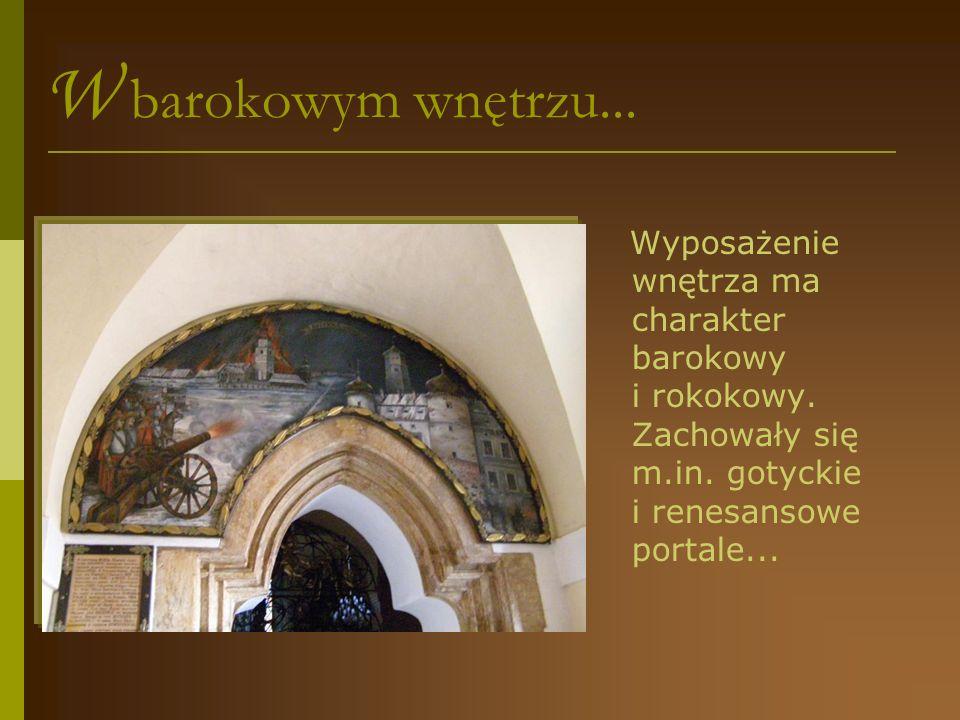 W barokowym wnętrzu......na belce tęczowej barokowa grupa Ukrzyżowania z Matką Boską, św.