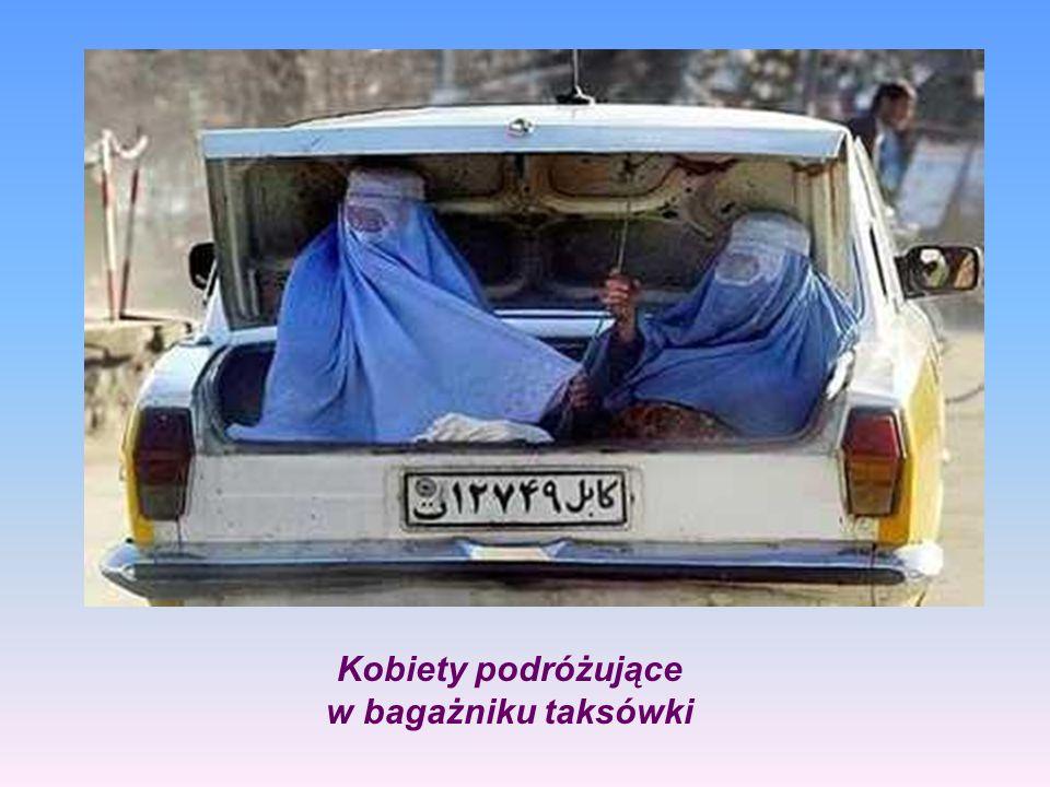 Kobiety podróżujące w bagażniku taksówki