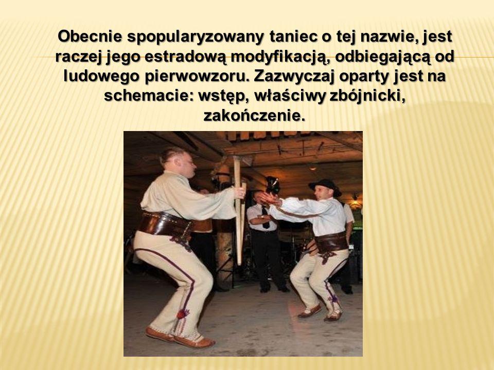 W tańcu zbójnickim tańczy grupa mężczyzn wykonująca te same układy taneczne.