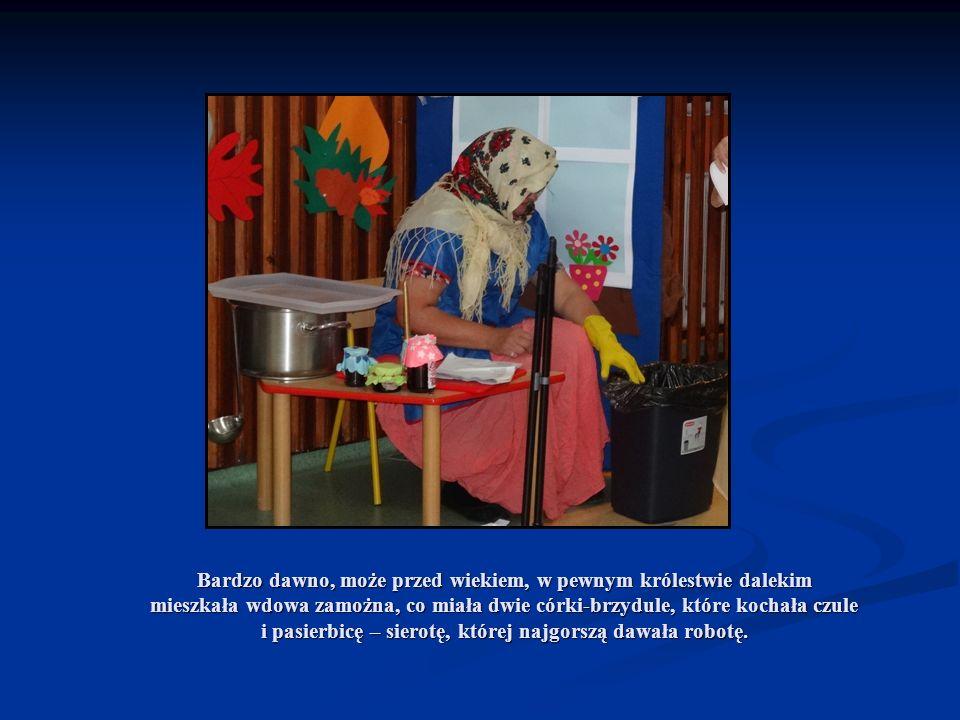 Macocha Kopciuszka do pracy wciąż poganiała i tylko o swoje córeczki dbała.