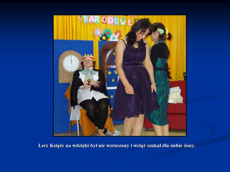 A gdy królewicz Kopciuszka zobaczył, miłością nagle zapłonił, Z tronu powstał i dwornie się skłonił, Kopciuszka już z objęć nie wypuścił.