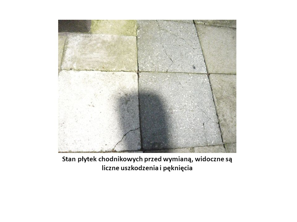 Stan płytek chodnikowych przed wymianą, widoczne są liczne uszkodzenia i pęknięcia