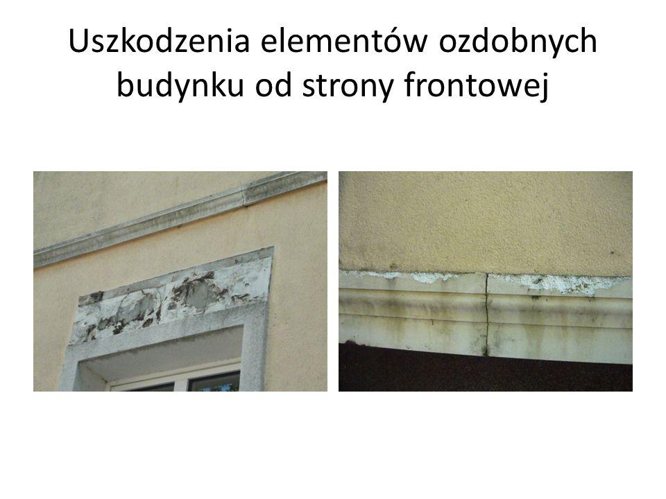 Uszkodzenia elementów ozdobnych budynku od strony frontowej