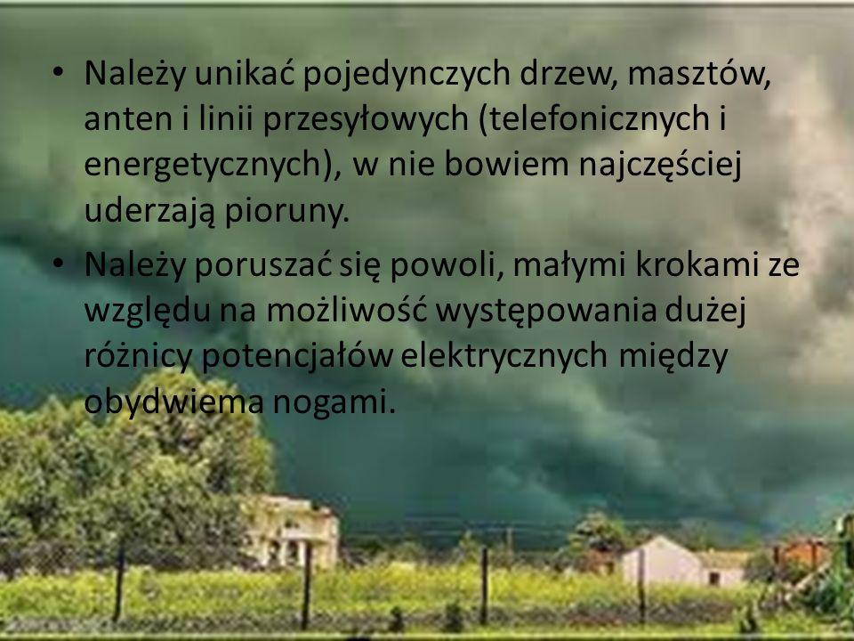 Należy unikać pojedynczych drzew, masztów, anten i linii przesyłowych (telefonicznych i energetycznych), w nie bowiem najczęściej uderzają pioruny.