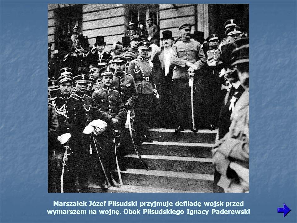 Marszałek Józef Piłsudski przyjmuje defiladę wojsk przed wymarszem na wojnę.