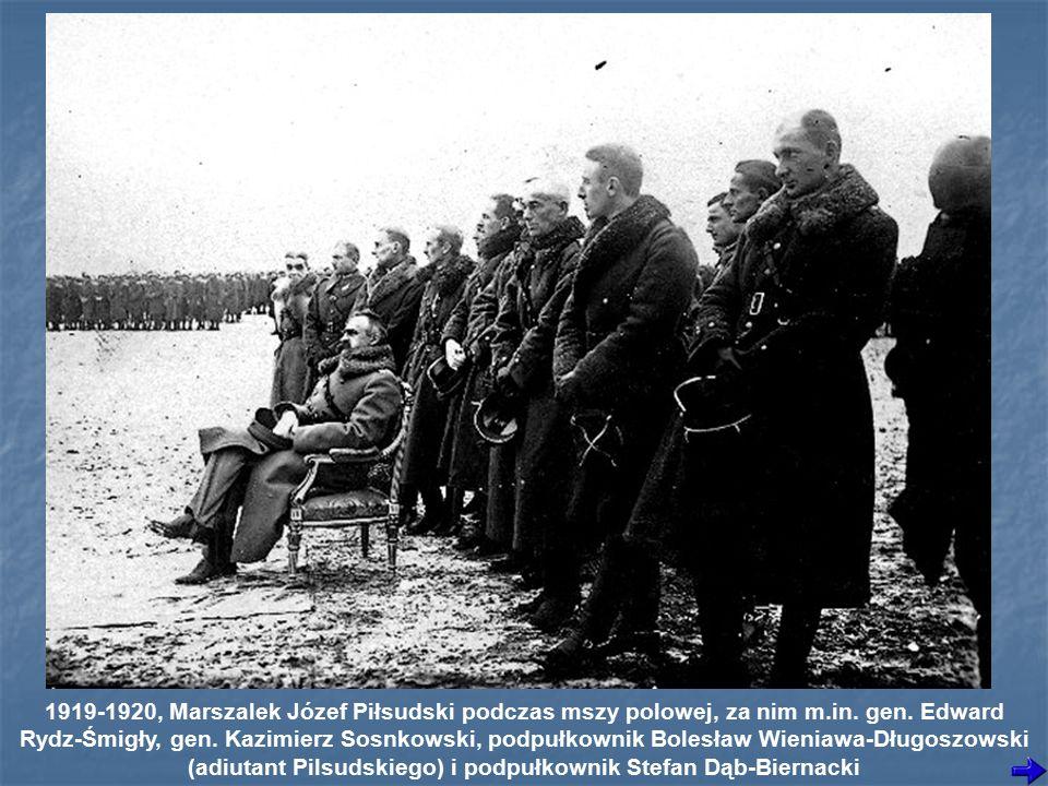 1919-1920, Marszalek Józef Piłsudski podczas mszy polowej, za nim m.in.
