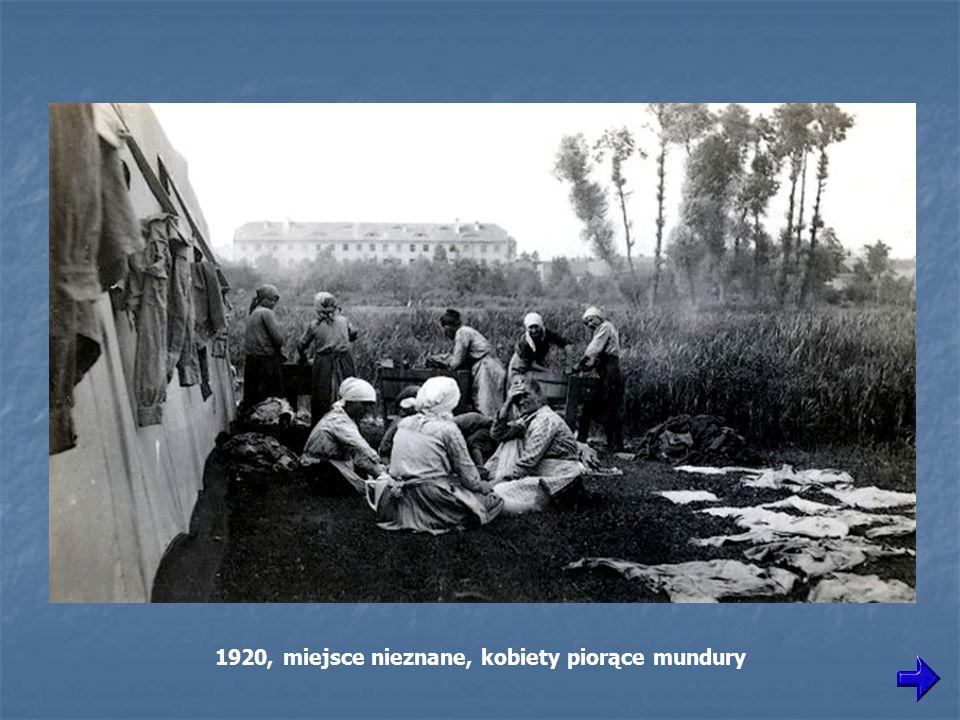 1920, miejsce nieznane, kobiety piorące mundury