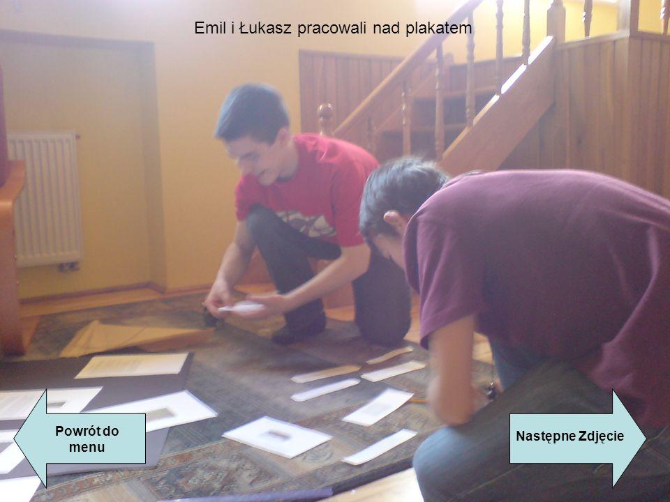 Emil i Łukasz pracowali nad plakatem