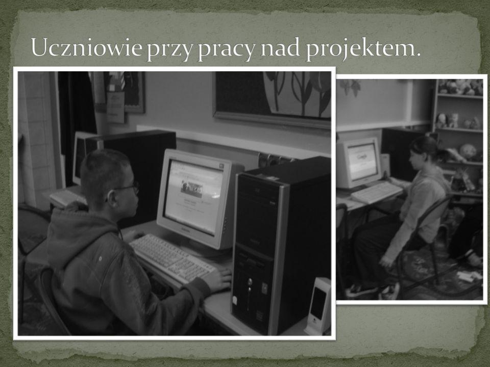 Uczniowie przy pracy nad projektem.