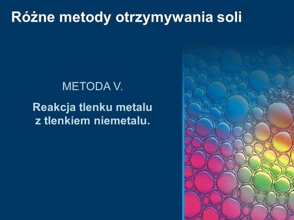 Reakcja tlenku metalu z tlenkiem niemetalu.