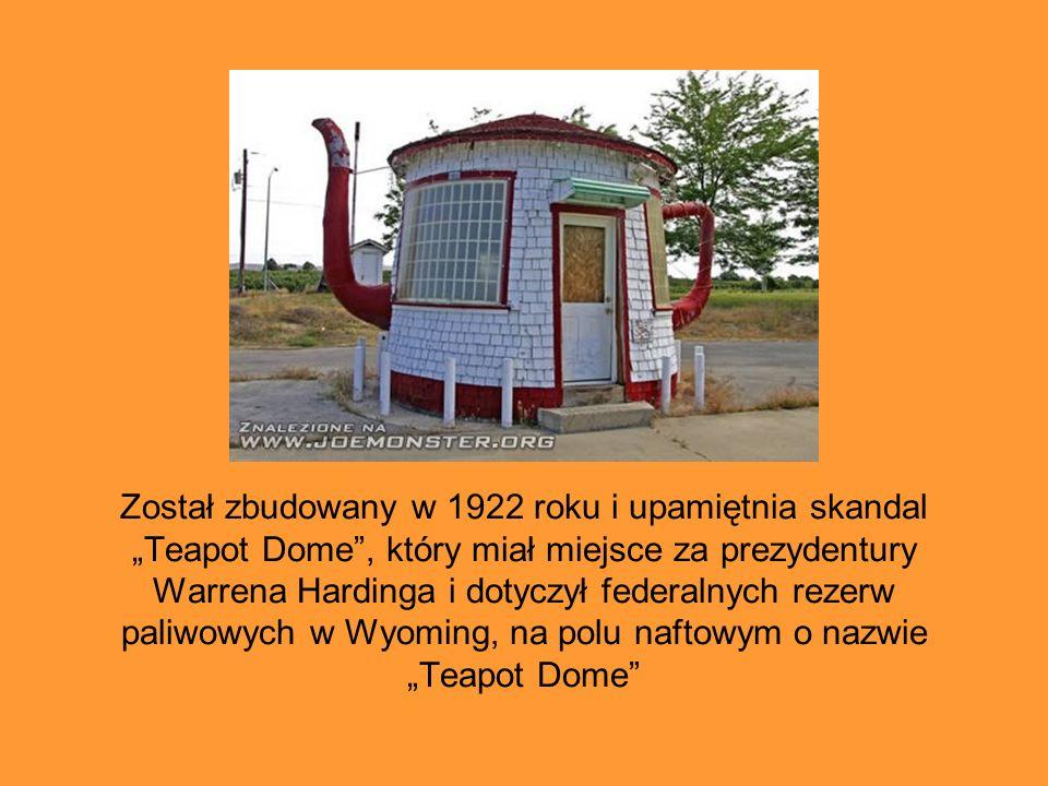 """Został zbudowany w 1922 roku i upamiętnia skandal """"Teapot Dome , który miał miejsce za prezydentury Warrena Hardinga i dotyczył federalnych rezerw paliwowych w Wyoming, na polu naftowym o nazwie """"Teapot Dome"""