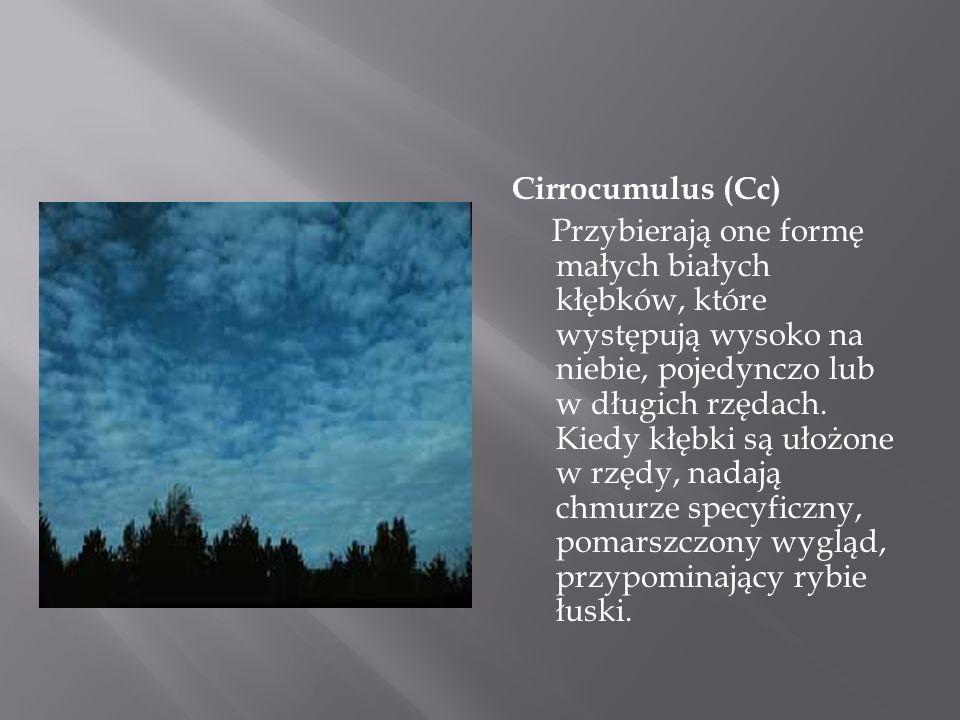 Cirrocumulus (Cc) Przybierają one formę małych białych kłębków, które występują wysoko na niebie, pojedynczo lub w długich rzędach.