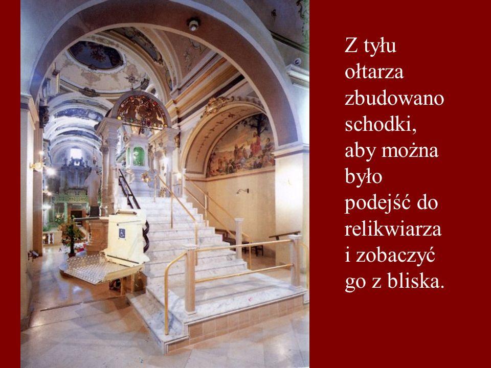 Z tyłu ołtarza zbudowano schodki, aby można było podejść do relikwiarza i zobaczyć go z bliska.
