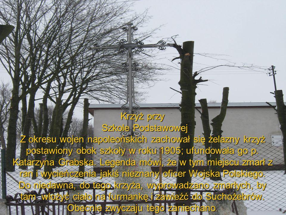 Krzyż przy Szkole Podstawowej Z okresu wojen napoleońskich zachował się żelazny krzyż postawiony obok szkoły w roku 1905; ufundowała go p.