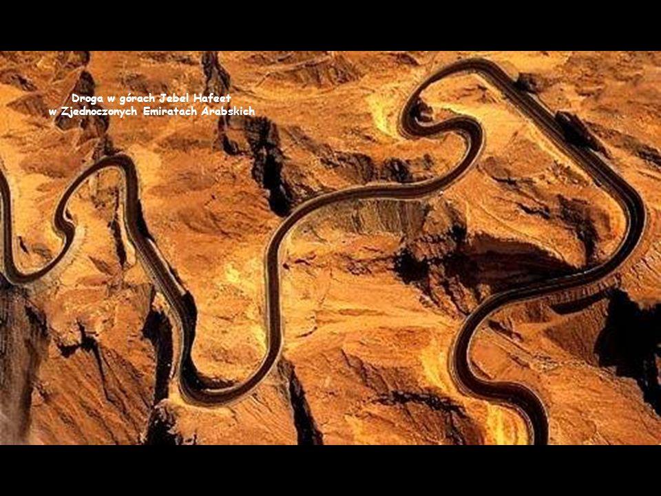 Droga w górach Jebel Hafeet w Zjednoczonych Emiratach Arabskich