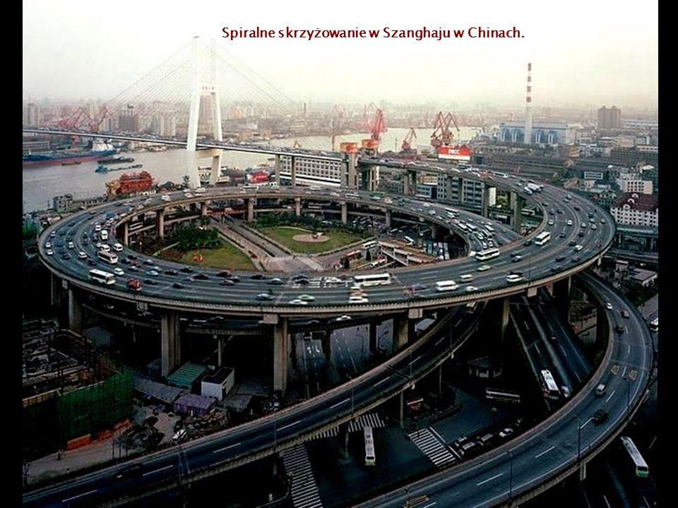 Spiralne skrzyżowanie w Szanghaju w Chinach.