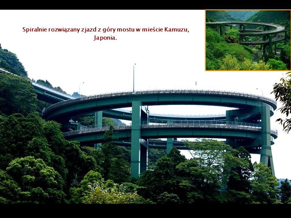 Spiralnie rozwiązany zjazd z góry mostu w mieście Kamuzu, Japonia.