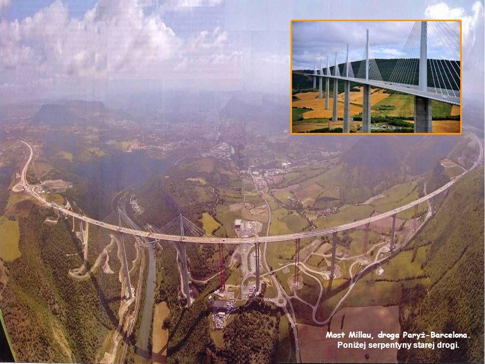Most Millau, droga Paryż-Barcelona. Poniżej serpentyny starej drogi.