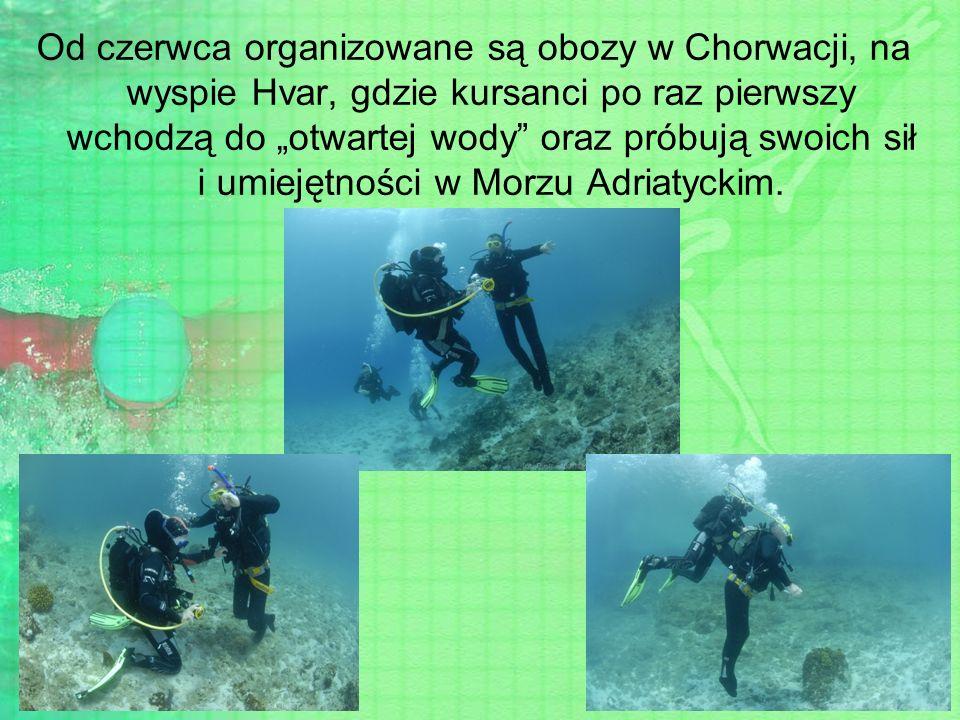"""Od czerwca organizowane są obozy w Chorwacji, na wyspie Hvar, gdzie kursanci po raz pierwszy wchodzą do """"otwartej wody oraz próbują swoich sił i umiejętności w Morzu Adriatyckim."""