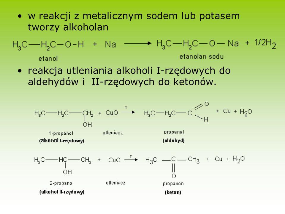 w reakcji z metalicznym sodem lub potasem tworzy alkoholan