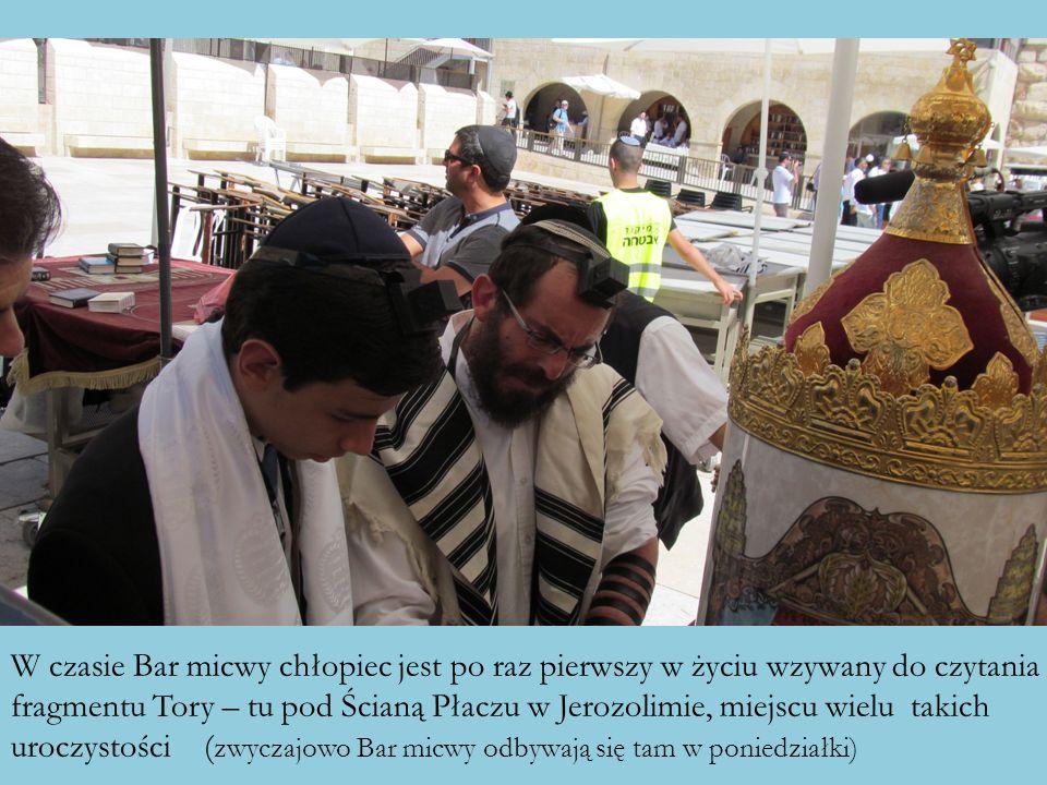 W czasie Bar micwy chłopiec jest po raz pierwszy w życiu wzywany do czytania fragmentu Tory – tu pod Ścianą Płaczu w Jerozolimie, miejscu wielu takich
