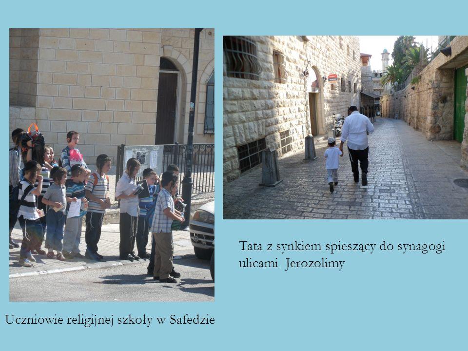 Tata z synkiem spieszący do synagogi