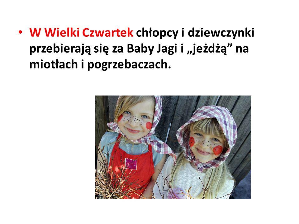 """W Wielki Czwartek chłopcy i dziewczynki przebierają się za Baby Jagi i """"jeżdżą na miotłach i pogrzebaczach."""