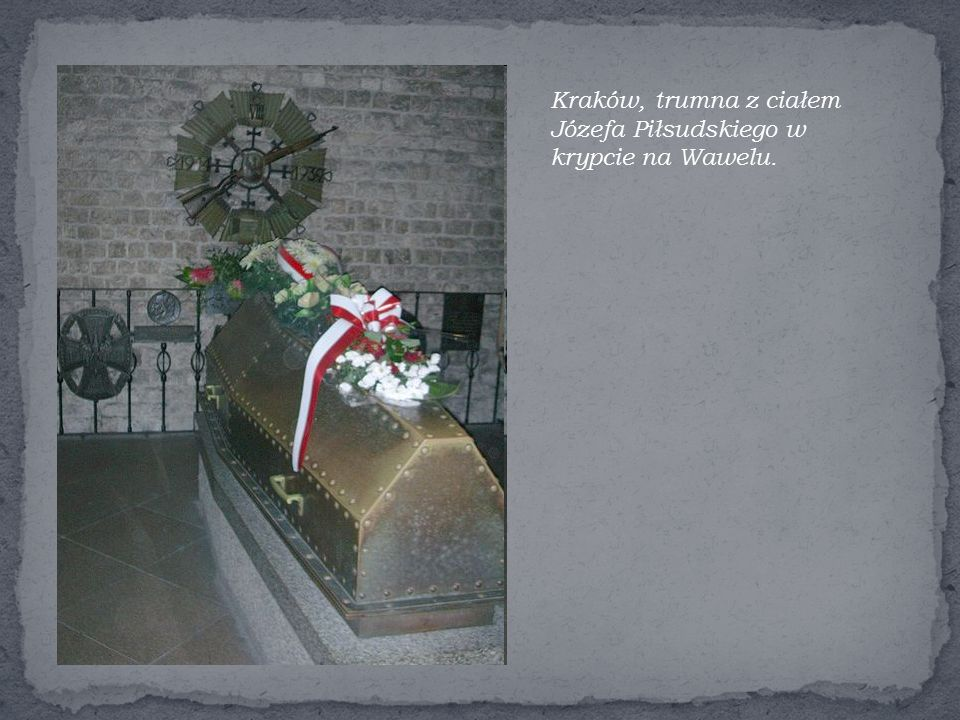 Kraków, trumna z ciałem Józefa Piłsudskiego w krypcie na Wawelu.