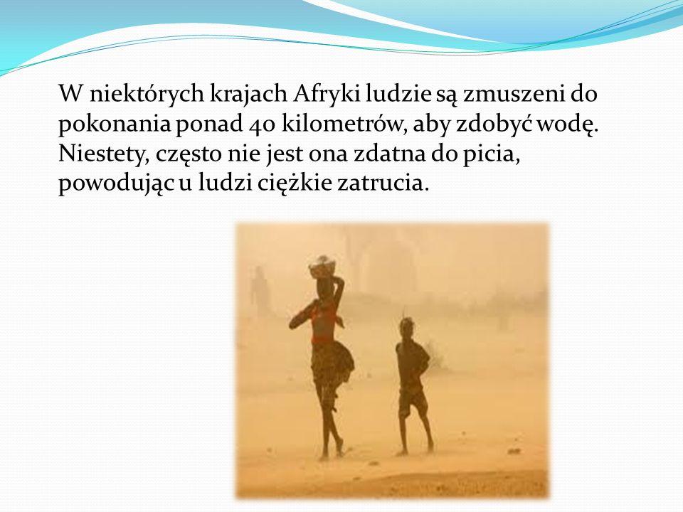 W niektórych krajach Afryki ludzie są zmuszeni do pokonania ponad 40 kilometrów, aby zdobyć wodę.