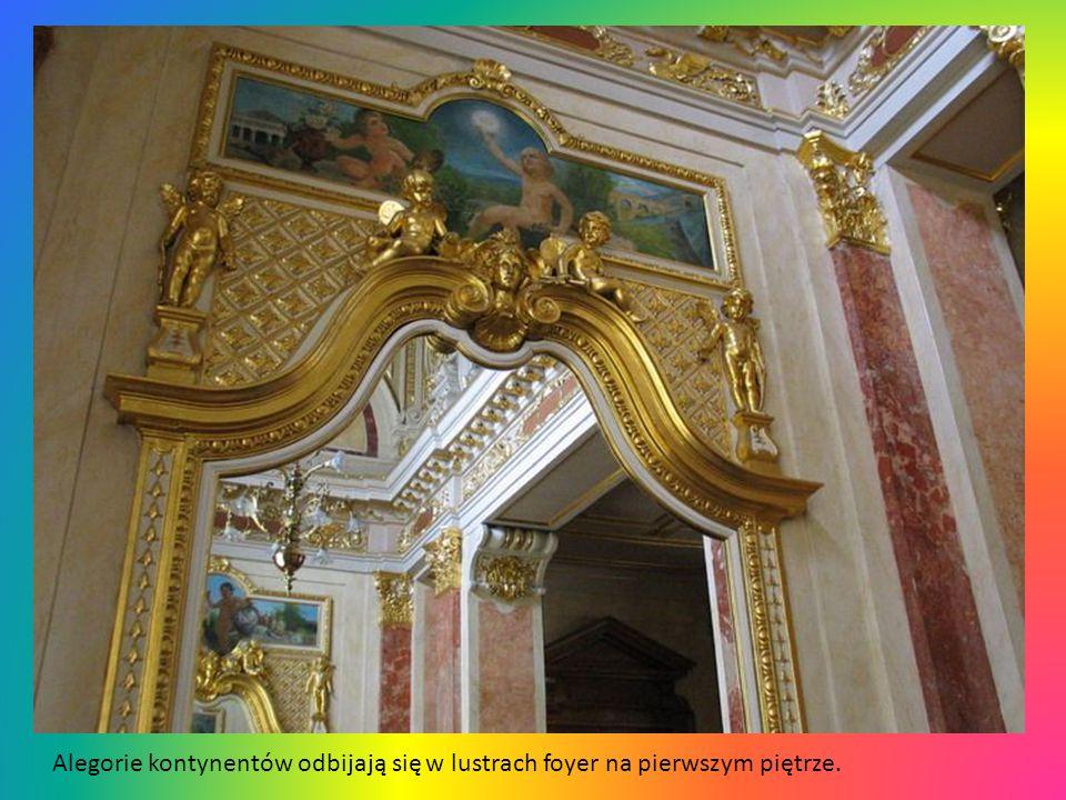 Alegorie kontynentów odbijają się w lustrach foyer na pierwszym piętrze.