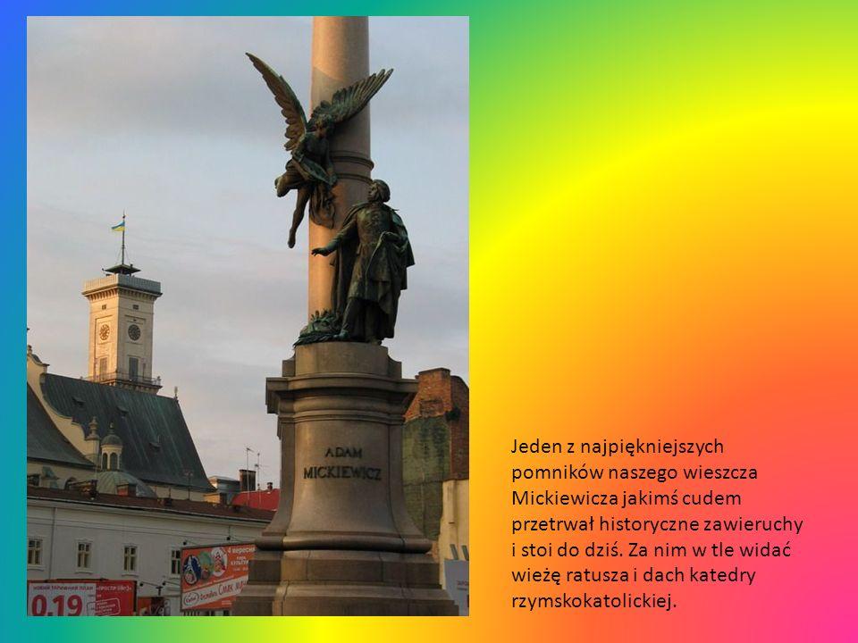 Jeden z najpiękniejszych pomników naszego wieszcza Mickiewicza jakimś cudem przetrwał historyczne zawieruchy i stoi do dziś.