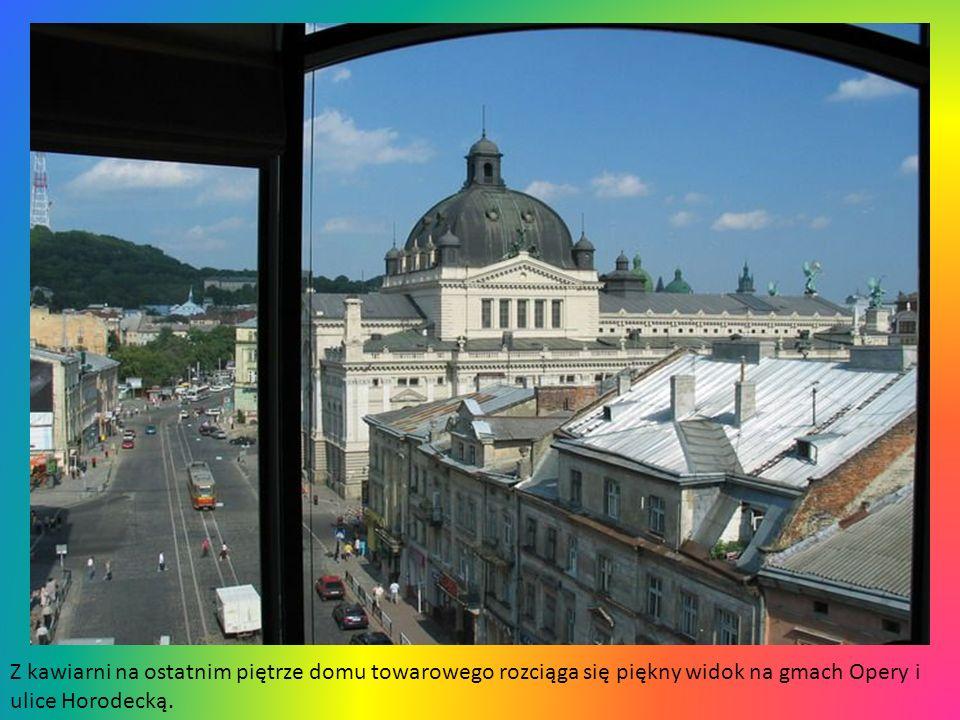 Z kawiarni na ostatnim piętrze domu towarowego rozciąga się piękny widok na gmach Opery i ulice Horodecką.