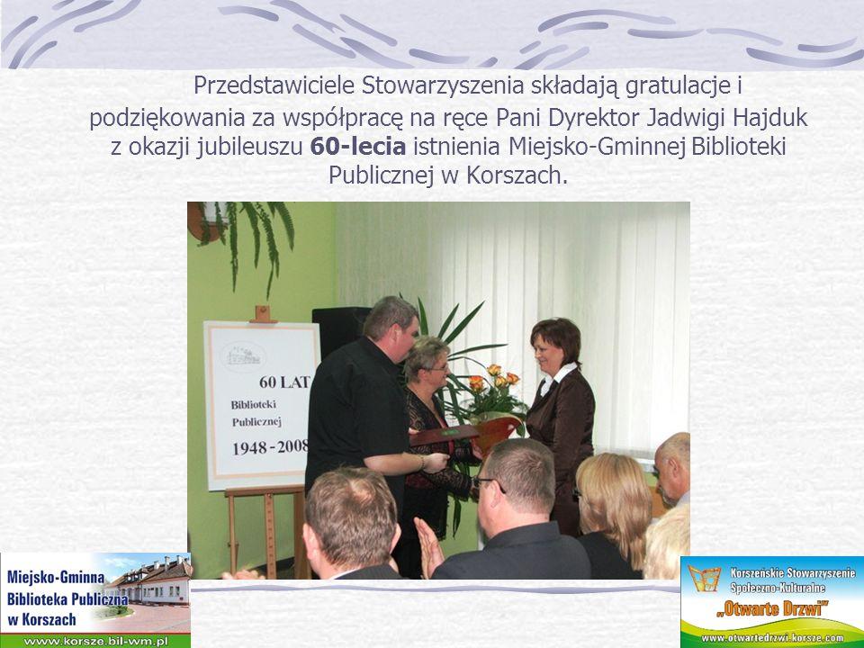 Przedstawiciele Stowarzyszenia składają gratulacje i podziękowania za współpracę na ręce Pani Dyrektor Jadwigi Hajduk z okazji jubileuszu 60-lecia istnienia Miejsko-Gminnej Biblioteki Publicznej w Korszach.
