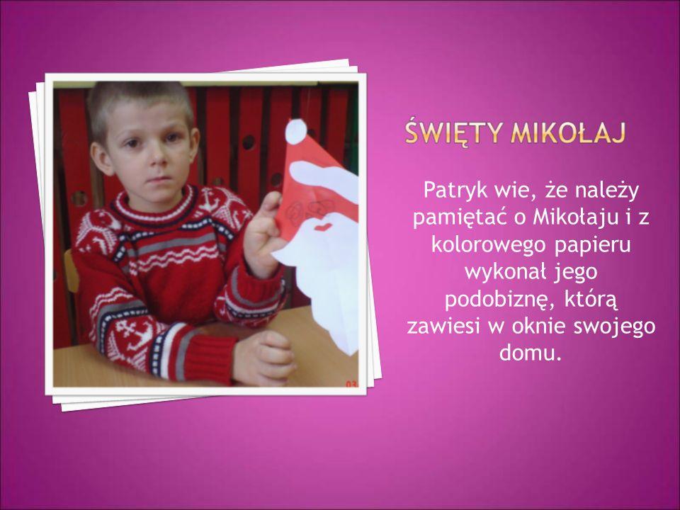 Patryk wie, że należy pamiętać o Mikołaju i z kolorowego papieru wykonał jego podobiznę, którą zawiesi w oknie swojego domu.