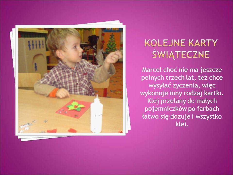 Marcel choć nie ma jeszcze pełnych trzech lat, też chce wysyłać życzenia, więc wykonuje inny rodzaj kartki.