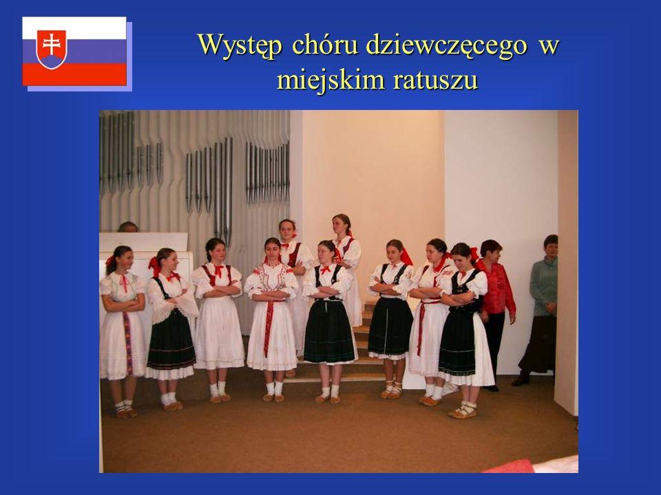 Występ chóru dziewczęcego w miejskim ratuszu
