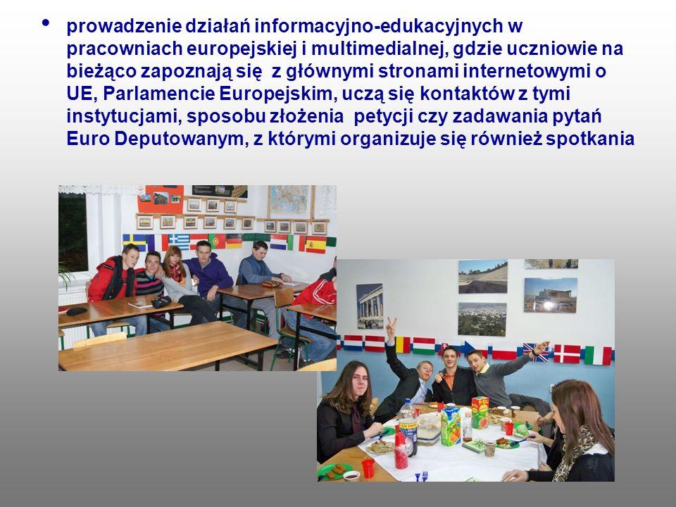 prowadzenie działań informacyjno-edukacyjnych w pracowniach europejskiej i multimedialnej, gdzie uczniowie na bieżąco zapoznają się z głównymi stronami internetowymi o UE, Parlamencie Europejskim, uczą się kontaktów z tymi instytucjami, sposobu złożenia petycji czy zadawania pytań Euro Deputowanym, z którymi organizuje się również spotkania