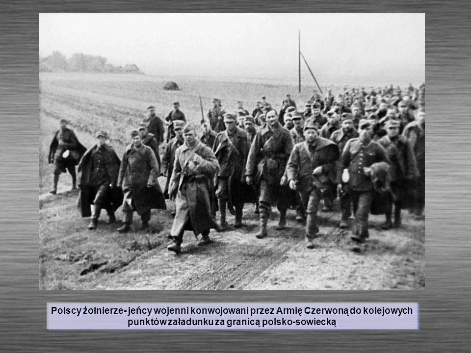 Polscy żołnierze- jeńcy wojenni konwojowani przez Armię Czerwoną do kolejowych punktów załadunku za granicą polsko-sowiecką