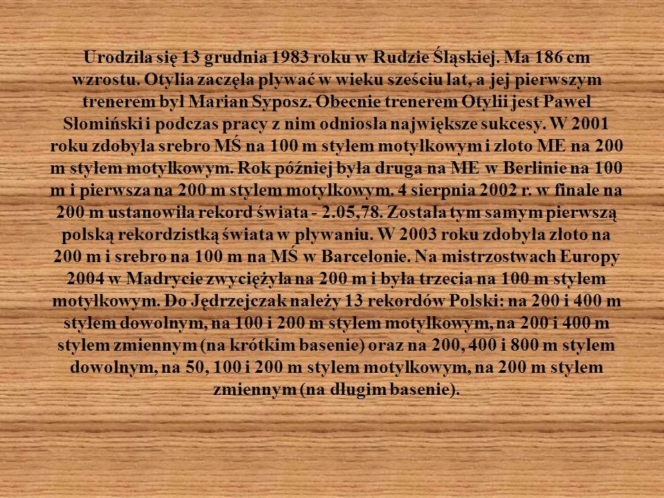 Urodziła się 13 grudnia 1983 roku w Rudzie Śląskiej. Ma 186 cm wzrostu