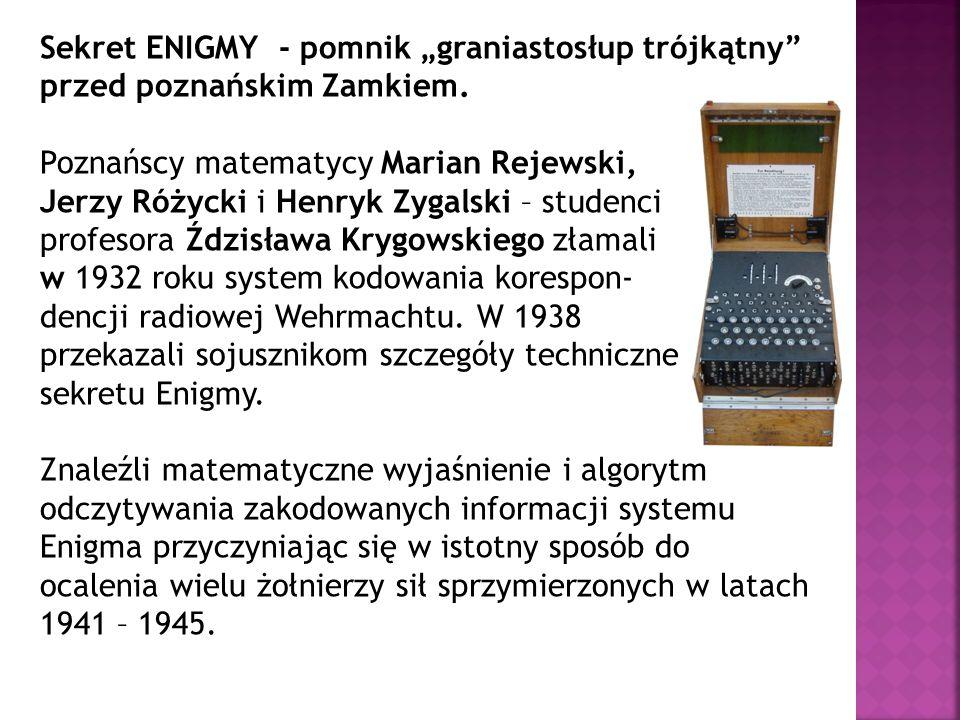 """Sekret ENIGMY - pomnik """"graniastosłup trójkątny przed poznańskim Zamkiem."""