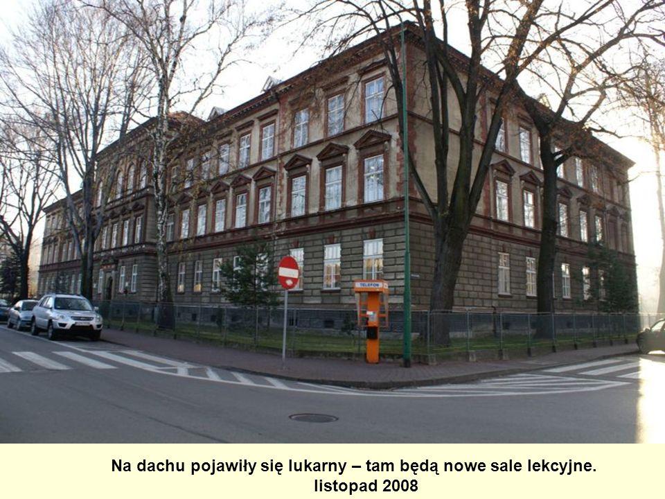 Na dachu pojawiły się lukarny – tam będą nowe sale lekcyjne.