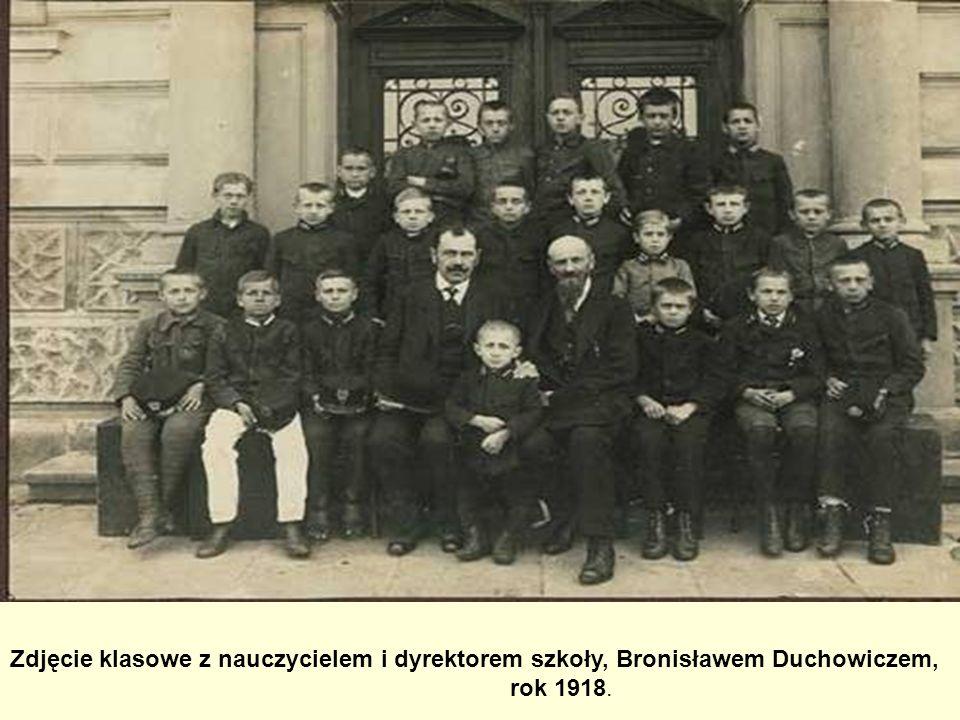 Zdjęcie klasowe z nauczycielem i dyrektorem szkoły, Bronisławem Duchowiczem,