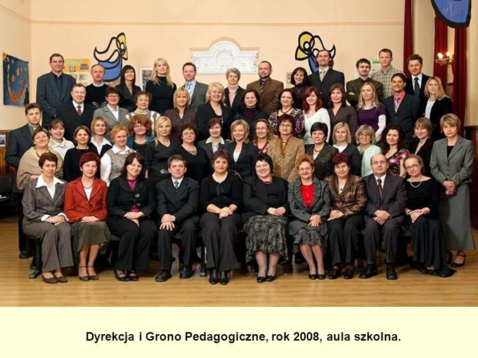 Dyrekcja i Grono Pedagogiczne, rok 2008, aula szkolna.